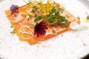 ENTREE Saumon de pêches françaises cru-mariné façon Gravelax - petits Oignons blancs de saison - pousses et fleurs